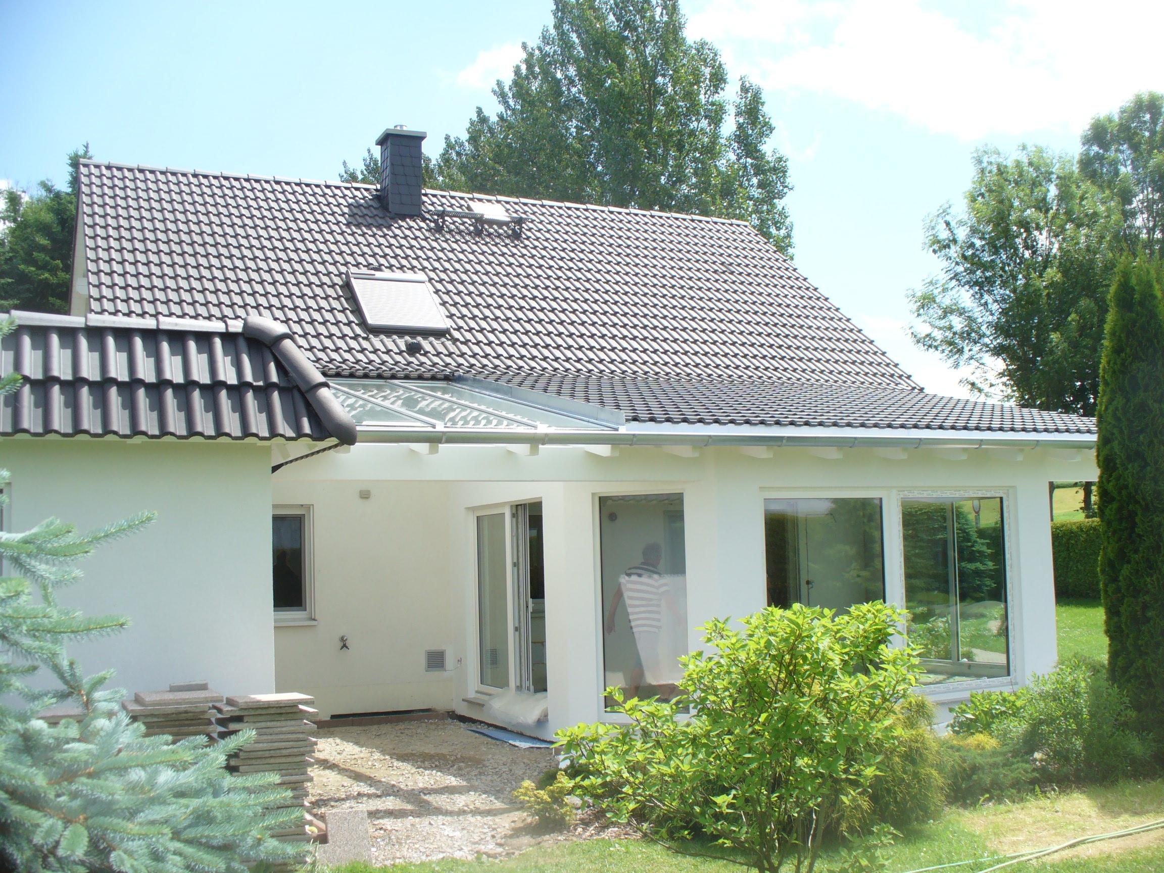 Auch Für Diese Terrassenüberdachung Wurde Das Wohnhausdach Optisch  Verlängert, Damit Sie Zusammen Eine Einheit Bilden.