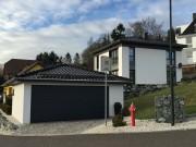 Doppelgarage mit Walmdach farblich passend zum Wohnhaus